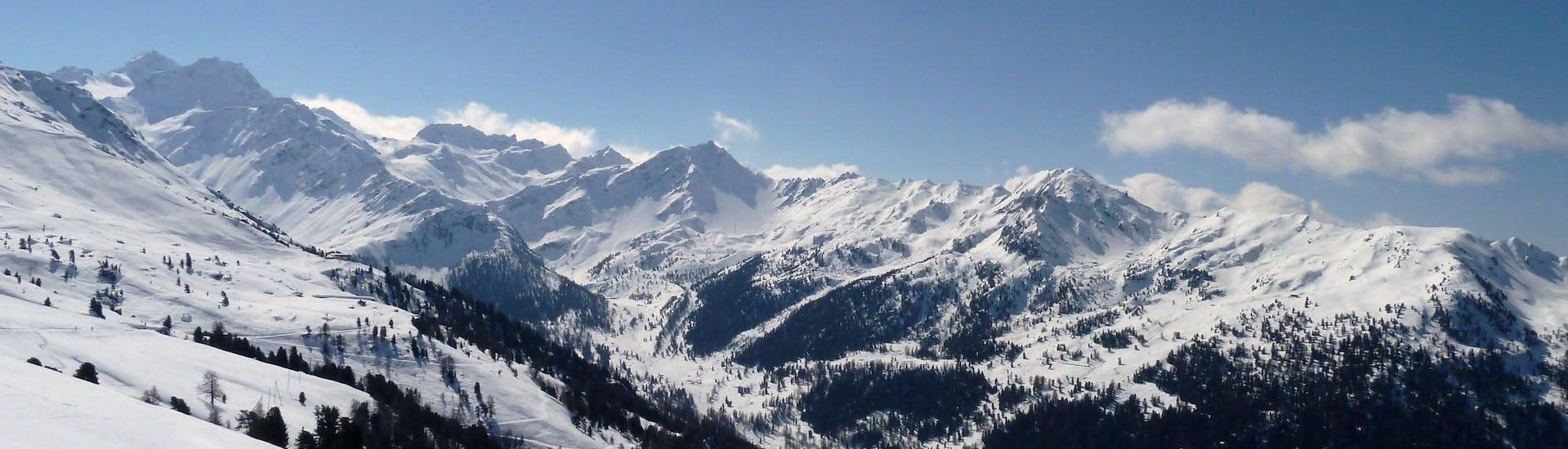 Ausblick auf die sonnige Berglandschaft beim Skifahren lernen mit den Skischulen in Nendaz.