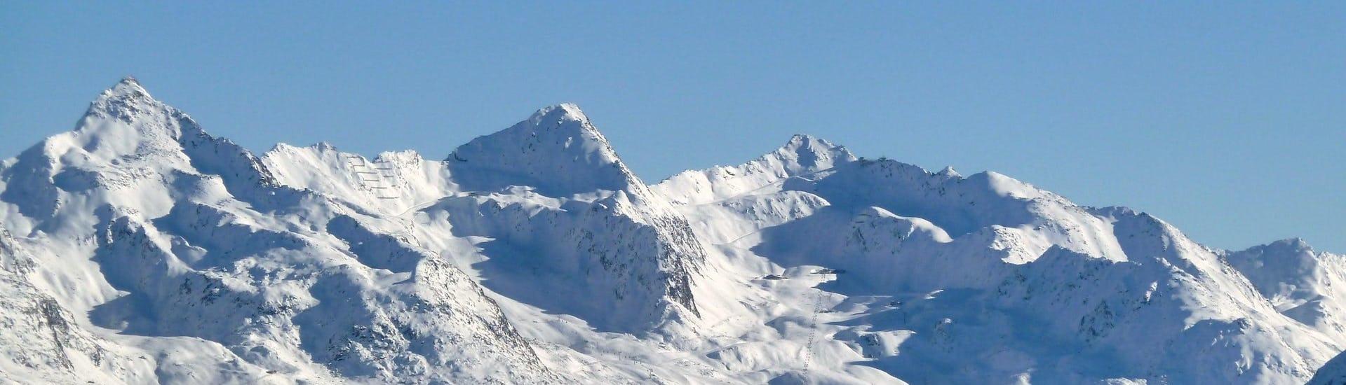 Vista del paesaggio montano soleggiato durante un corso di sci con scuole di sci a Obergurgl-Hochgurgl.
