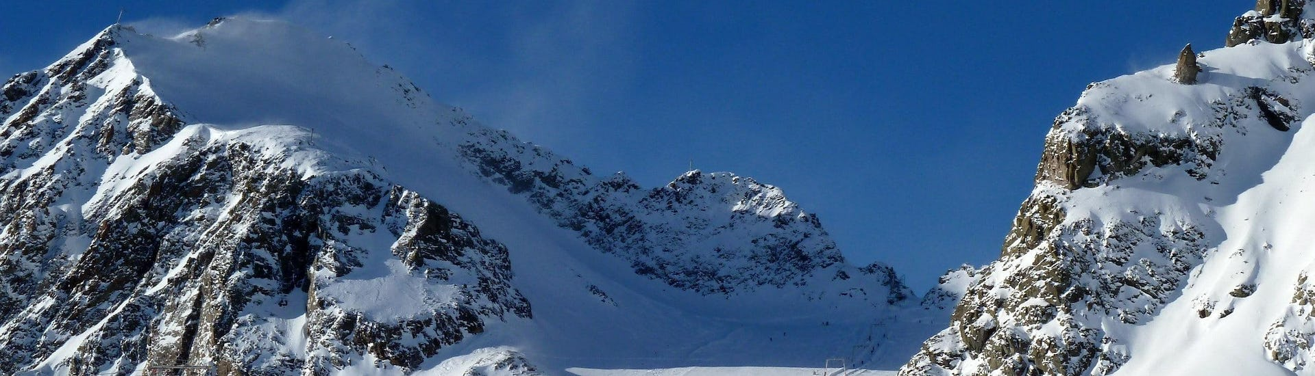 View over the sunny mountain landscape while learning to ski with the ski schools on the Pitztaler Gletscher.