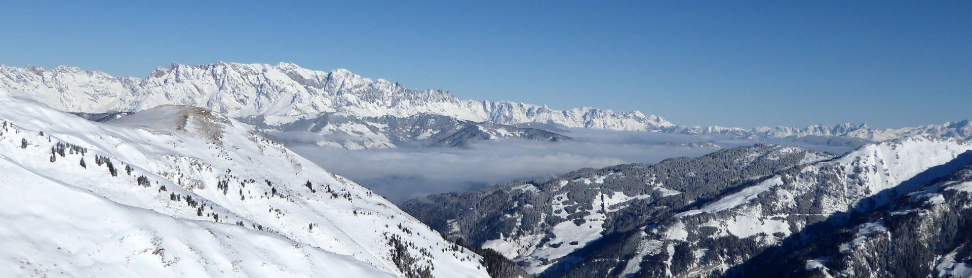 View over the sunny mountain landscape while learning to ski with the ski schools in Rauris-Hochalmbahnen.