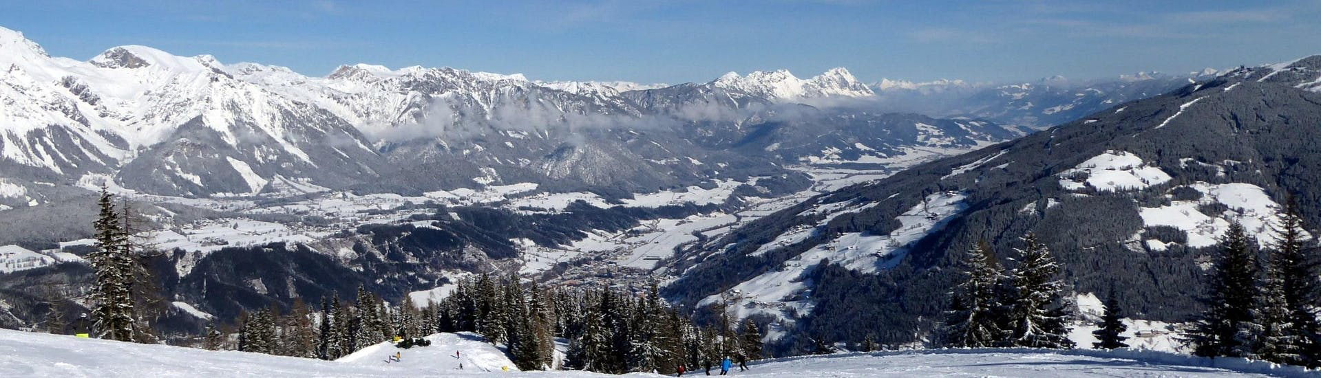 View over the sunny mountain landscape while learning to ski with the ski schools in Rohrmoos - Hochwurzen.