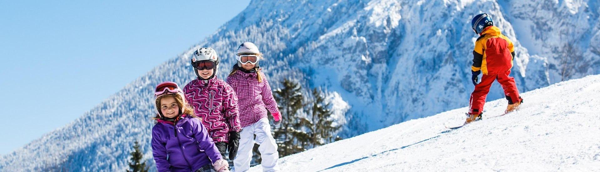 Ausblick auf die sonnige Berglandschaft beim Skifahren lernen mit den Skischulen in Ruhpolding.