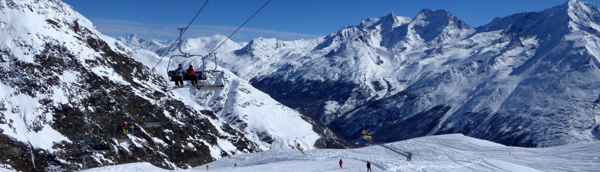 View over the sunny mountain landscape while learning to ski with the ski schools in Saas Fee.