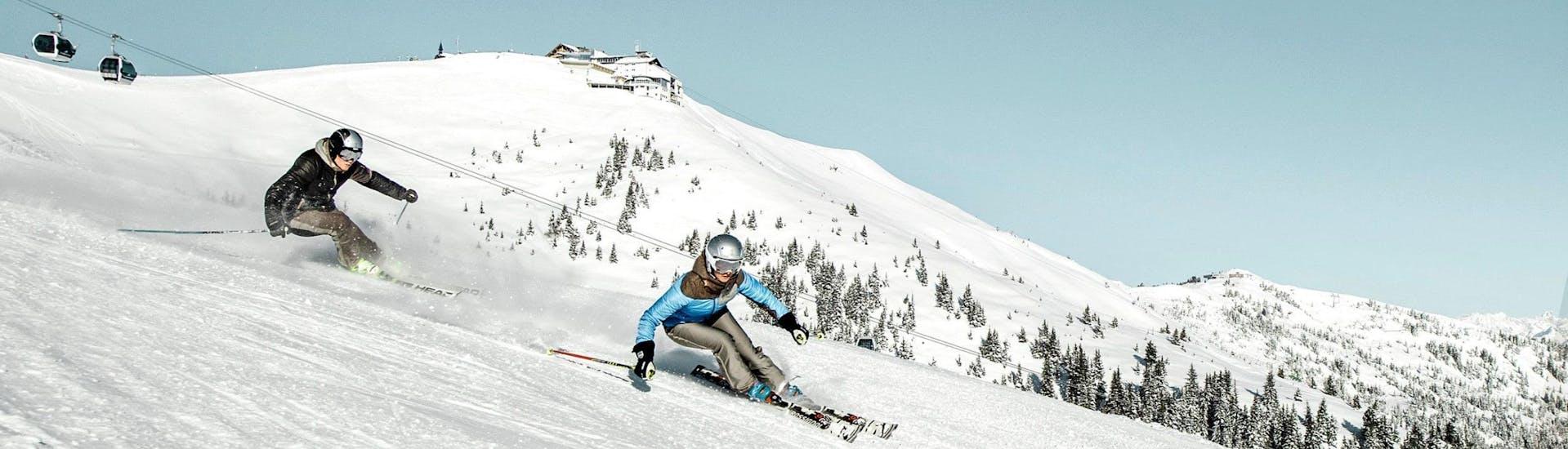 Tijdens een skiles met een skischool in Zell am See heb je een prachtig uitzicht op zonnige bergen.