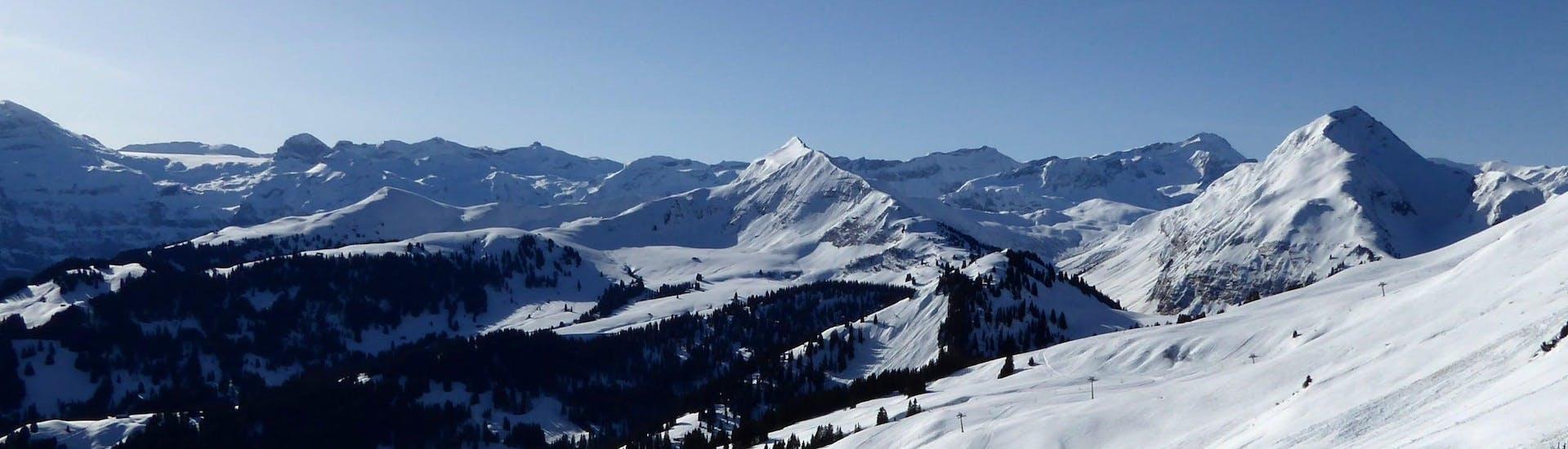 Vue sur un paysage de montagne ensoleillé lors d'un cours de ski avec l'une des écoles de ski à Schönried-Saanenmöser-Zweisimmen.