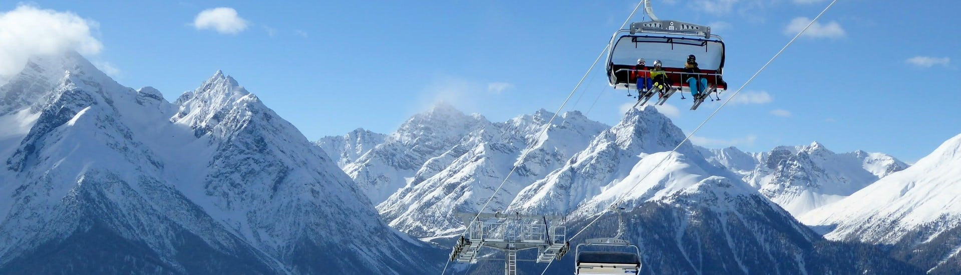 View over the sunny mountain landscape while learning to ski with the ski schools in Scuol.
