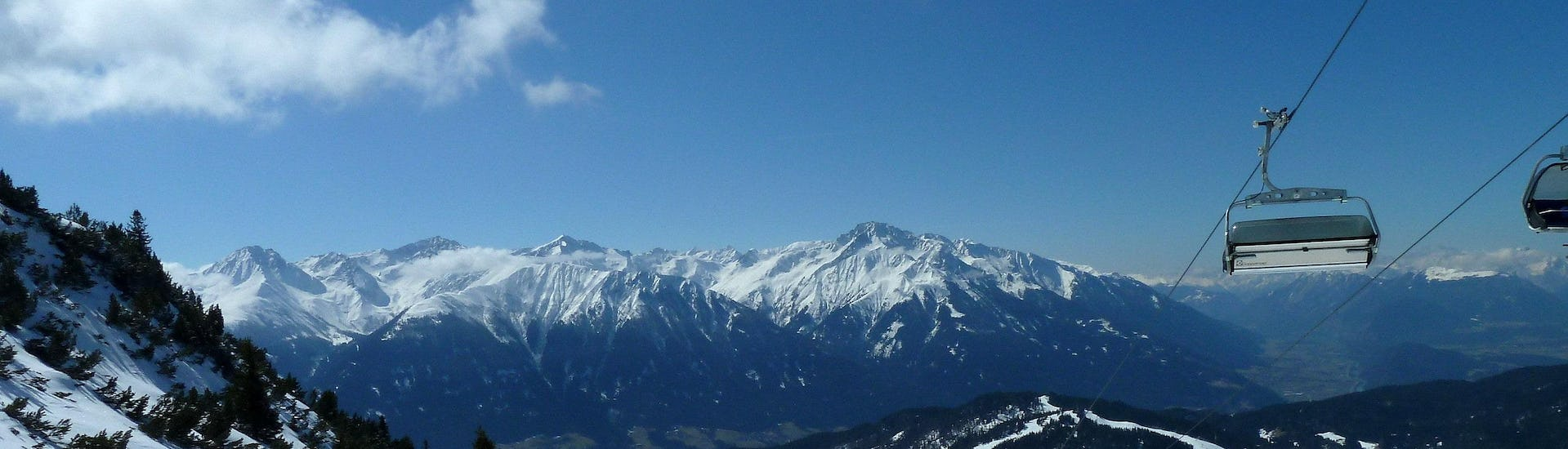 View over the sunny mountain landscape while learning to ski with the ski schools in Seefeld.