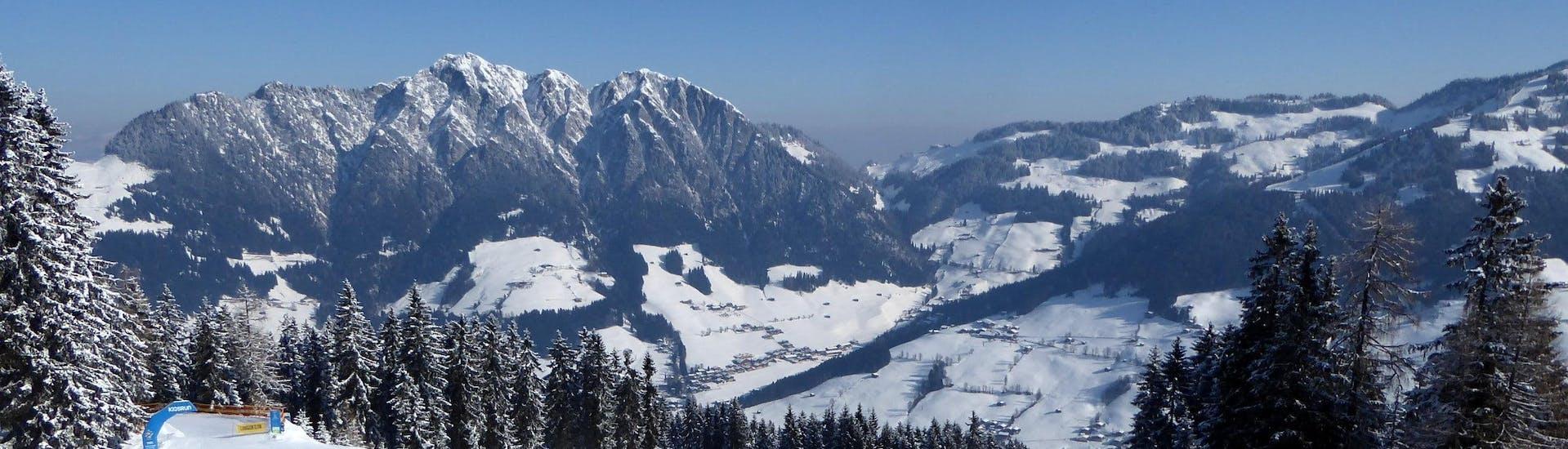 Ausblick auf die sonnige Berglandschaft beim Skifahren lernen mit einer Skischule im Skigebiet Ski Juwel Alpbachtal Wildschönau.
