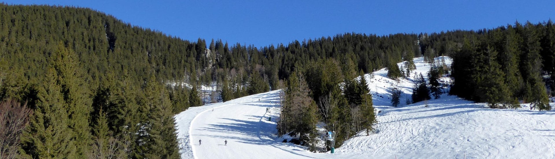 View over the sunny mountain landscape while learning to ski with the ski schools in Spitzingsee-Tegernsee.
