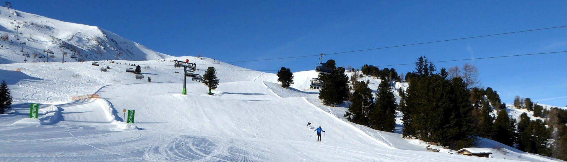 View over the sunny mountain landscape while learning to ski with the ski schools on the Turracher Höhe.