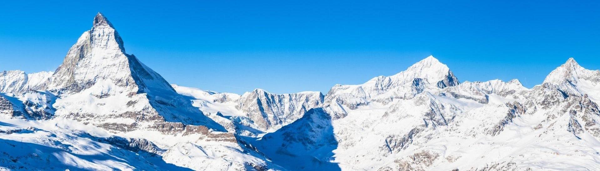 Vue sur un paysage de montagne ensoleillé lors d'un cours de ski avec l'une des écoles de ski de la station de ski Zermatt.