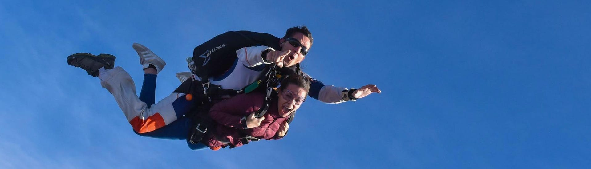 A tandem master from Skydive Center has jumped with a passenger off the plane at an altitude of 4000m and is free falling.