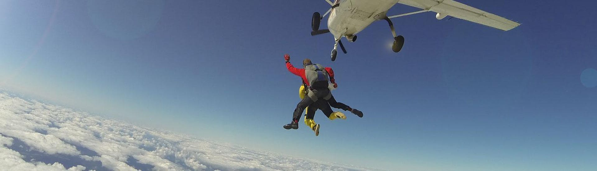 A tandem master from Skydive Spa & Cerfontaine has jumped with a passenger off the plane at an altitude of 4000m and are free falling above Spa.