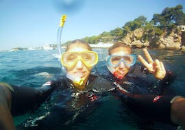 Two friends are having a good time during while Snorkeling at Cap d'Antibes near Nice with BeFree2Dive.