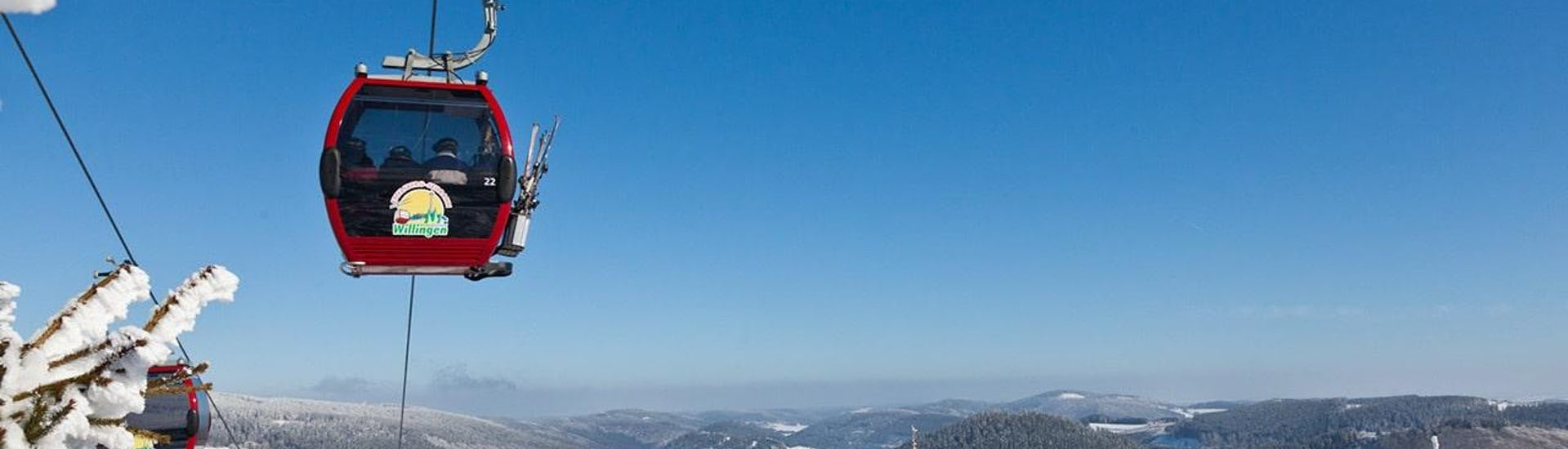 Während eines Skikurses der Skischule Snow & Bike Factory Willingen genießen die Teilnehmer die atemberaubende Aussicht auf das Skigebiet Willingen.