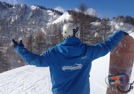 A snowboarder is enjoying the breathtaking views of the mountains during the Snowboarding Lessons for Kids & Adults - High Season with an instructor from the ski school Scuola di Sci Bardonecchia.