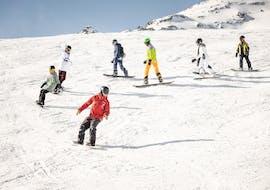 Een jonge snowboarder neemt deel aan de cursus Snowboardlessen voor kinderen (9-15 jaar) - Alle niveaus van Ski- und Snowboardschule Vacancia.