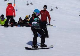 Ein junger Snowboarder lernt auf den verschneiten Pisten des Skigebiets Sölden im Snowboardkurs für Kinder (9-15 Jahre) - Alle Levels, der Ski & Snowboardschule Vacancia.