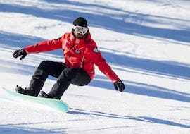 A snowboarder on a white slope during Snowboarding Lessons for Kids & Adults - All Levels with the ski school Scuola Sci Cortina.