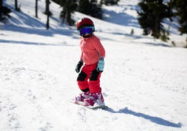 Ein junger Snowboarder auf der Piste in Sestriere während der von der Skischule YES Academy Sestriere angebotenen Aktivität Snowboardkurs für Kinder & Erwachsene - Anfänger.