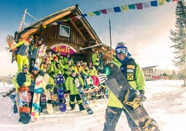 Die Snowboardlehrer der Snowboardschule Suli posieren vor dem Büro der Snowboardschule für ein Foto, bevor sie mit dem Snowboardkurs für Kinder & Erwachsene für Anfänger beginnen.