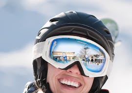 During the Private Snowboarding Lessons for Kids & Adults - All Levels of the ski school Neue Skischule Winterberg a participant is smiling at the camera cheerfully.