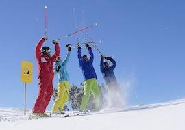 Fröhliche Skifahrer mit Ski Privatlehrer für Erwachsene - Alle Levels