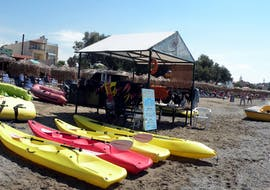 Une photo du cabanon qui regroupe le matériel pour l'activité de Location de stand up paddle à Agia Marina avec Cactus Water Sports Center.