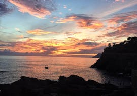Un'immagine del sole che tramonta sulla Riviera Italiana, come si può vedere durante il Sunset Boat Trip lungo le Cinque Terre con Aperitivo di Aquamarina Cinque Terre.