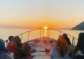 Un gruppo di partecipanti ammirando il tramonto durante Giro in barca alle Cinque Terre al tramonto con cena con Fish&Chill Cinque Terre Tour.