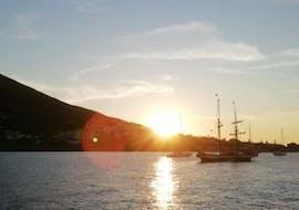 Le magnifique coucher de soleil que vous pouvez admirer lors de la sortie en bateau à Panarea et Stromboli avec Tarnav Tours Eolie.