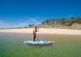 A participant of the SUP Lessons at Lagoa de Albufeira in Sesimbra with Meira Pro Center Sesimbra is practicing his paddling technique.