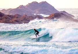 A surfer is surfing some of the best waves in the Algarve whith his Surf Guide on the Costa Vicentina with Pick-Up from Neptunos Surf School Algarve.