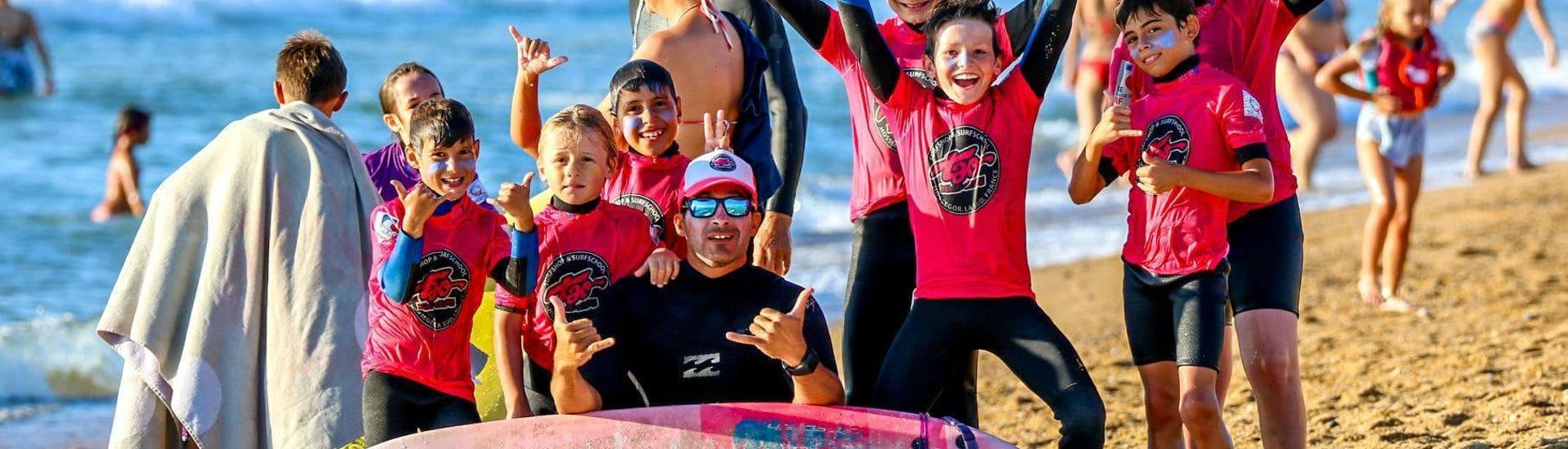 Children are having Surfing Lessonson the Plage Sud in Hossegor in high Season with their instructor from Tao Magic Glisse.