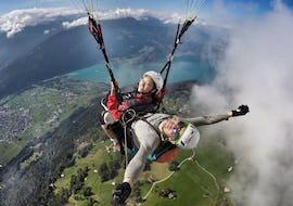 """Beim Tandem Paragliding """"Big Blue"""" - Jungfraumassif mit Paragliding Interlaken geniessen eine Passagierin und ihr zertifizierter Tandempilot die fantastische Aussicht über Interlaken."""
