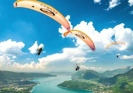 A group of friends are flying during their Tandem Paragliding in Lake Annecy - Thermic activity with Flyeo.