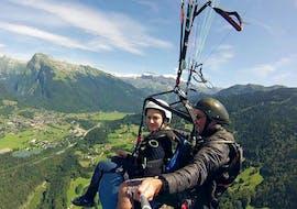 Un pilote de Pégase Air effectue un vol Tandem Parapente découverte au-dessus de la vallée de Samoens.