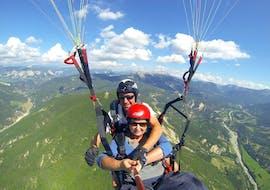Un pilote de parapente de Haut les Mains fait un vol tandem parapente depuis le mont Lachens - Découverte avec un participant.