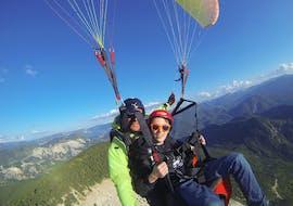 Un pilote de parapente de Haut les Mains fait un vol tandem parapente depuis le mont Lachens - Sensation avec un participant.