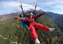 Deux personnes sourient à l'appareil photo lors d'un vol Tandem Parapente dans le val d'Arán - Vol à haute altitude avec Parapente Pirineos.