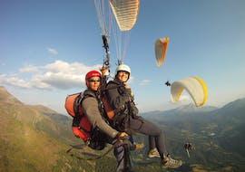 Dos personas practican parapente en un vuelo Panorámico Biplaza con Parapente Pirineos en el Valle de Arán.