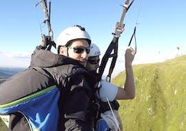 """Un participant du Vol Parapente Biplace """"Performance"""" - Puy de Dôme vit des moments incroyables en volant au-dessus des volcans avec son pilote qualifié d'Absolu Parapente."""