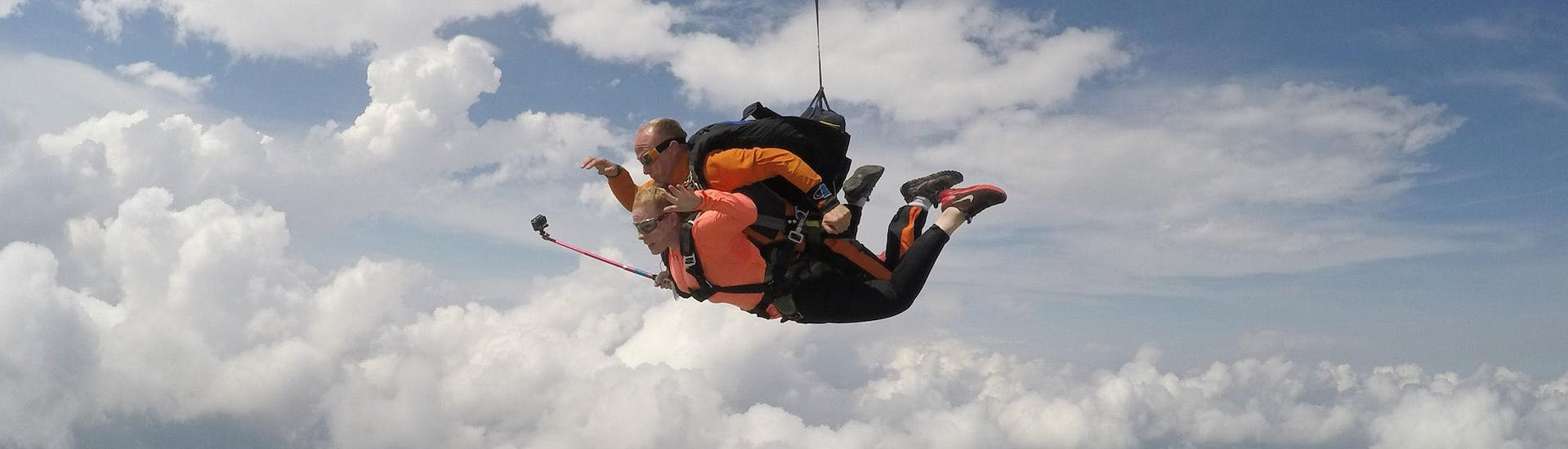 a bfc parachutisme skydiving pilot performs a Tandem Skydive at 4000m with his client in Dijon.