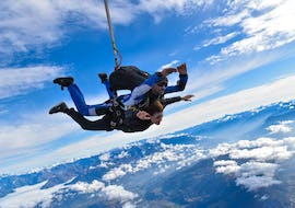 A tandem master from Skydive Center has jumped with a passenger off the plane at an altitude of 4000m in Gap-Tallard.