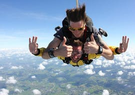 A tandem master from Skydive Spa & Cerfontaine is skydiving with a passenger over Spa at an altitude of 4,000m.