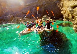 The tour participants enjoy a breathtaking adventure from the kayak during the multi-adventure in the north of Mallorca with The Challenge.