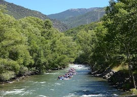 During the rafting for families on the Noguera Pallaresa, a group paddles along the beautiful river together with the guides from ROCROI.
