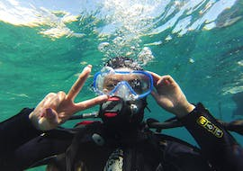 A diver is happy to do Trial Scuba Diving in Calanques National Park from Marseille with Le Bateau Jaune.