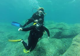 A couple is enjoying the Trial Scuba Diving in Îles Cerbicale for Beginners activity with Le Kalliste Plongée.