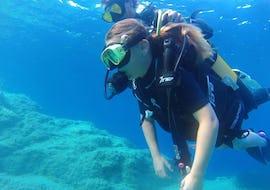 Un touriste se baigne lors de son baptême de plongée pour débutants à l'île rousse avec EPIR Plongée.